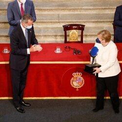 El Rey Felipe le hace entrega a Angela Merkel del Premio Europeo Carlos V en la XIV Edición celebrada en el Monasterio de Yuste