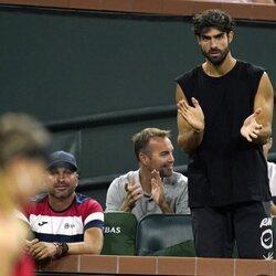 Juan Betancourt, muy pendiente de las jugadas de su novia Paula Badosa en el torneo Indian Wells