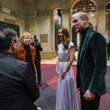 El Príncipe Guillermo y Kate Middleton hablando con Ed Sheeran en los Premios Earthshot 2021