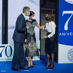 Los Reyes Felipe y Letizia con Paloma Sánchez-Garnica en el Premio Planeta 2021