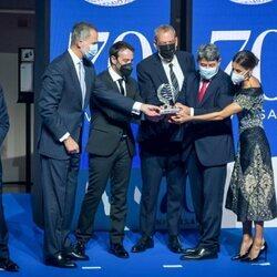 Los Reyes Felipe y Letizia con los ganadores del Premio Planeta 2021