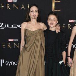 Angelina Jolie y su hijo Knox Jolie Pitt en la premiere de la película 'Eternals' en Los Angeles