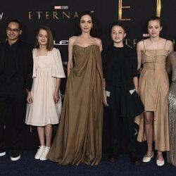 Angelina Jolie con sus hijos Maddox, Vivienne, Knox, Shiloh y Zahara Jolie Pitt en la premiere de la película 'Eternals' en Los Angeles