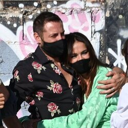 Antonio David Flores y Olga Moreno abrazados