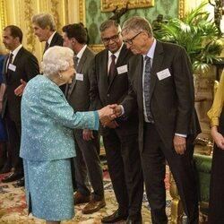 La Reina Isabel saluda a Bill Gates en The Global Investment Summit