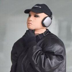 Kanye West (Ye) con una extraña máscara de látex por las calles de Nueva York