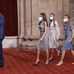El Rey Felipe, seguido de la Reina Letizia, la Princesa Leonor y la Infanta Sofía en la audiencia a los galardonados de los Premios Princesa de Asturias 20