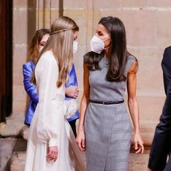 La Reina Letizia habla con la Infanta Sofía en la audiencia a los galardonados de los Premios Princesa de Asturias 2021