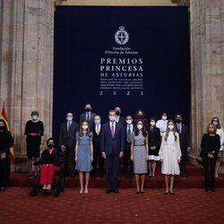 Los Reyes Felipe y Letizia, la Princesa Leonor y la Infanta Sofía con los galardonados de los Premios Princesa de Asturias 2021