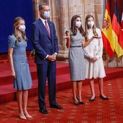 La Reina Letizia, impaciente junto al Rey Felipe, la Princesa Leonor y la Infanta Sofía en la audiencia a los galardonados de los Premios Princesa de Astur