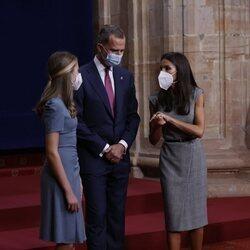 La Reina Letizia hablando con el Rey Felipe y la Princesa Leonor en la audiencia a los galardonados de los Premios Princesa de Asturias 2021