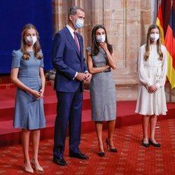 Los Reyes Felipe y Letizia comparten confidencias en presencia de la Princesa Leonor y la Infanta Sofía en la audiencia a los galardonados de los Premios P