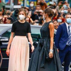 La Reina Letizia mira a la Infanta Sofía en los Premios Princesa de Asturias 2021