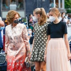 La Reina Sofía y la Princesa Leonor, muy cómplices junto a la Infanta Sofía en los Premios Princesa de Asturias 2021
