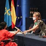La Princesa Leonor entrega el diploma a Teresa Perales en los Premios Princesa de Asturias 2021