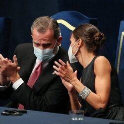 Los Reyes Felipe y Letizia comparten confidencias en los Premios Princesa de Asturias 2021