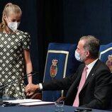 El Rey Felipe coge la mano de la Princesa Leonor en los Premios Princesa de Asturias 2021