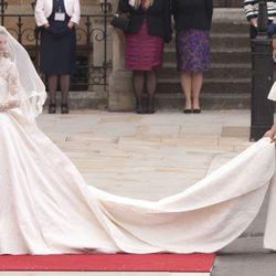 Pippa Middleton ayuda a su hermana la Duquesa de Cambridge con el vestido de novia