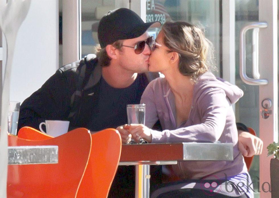 Elsa Pataky y Chris Hemsworth besándose