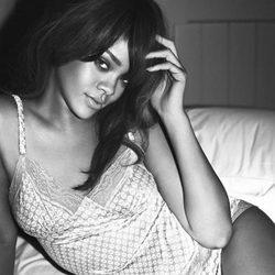 Rihanna posa con ropa interior de Armani