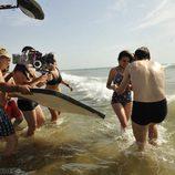 Adriana Ugarte rodando 'El tiempo entre costuras' en las playas de Tánger