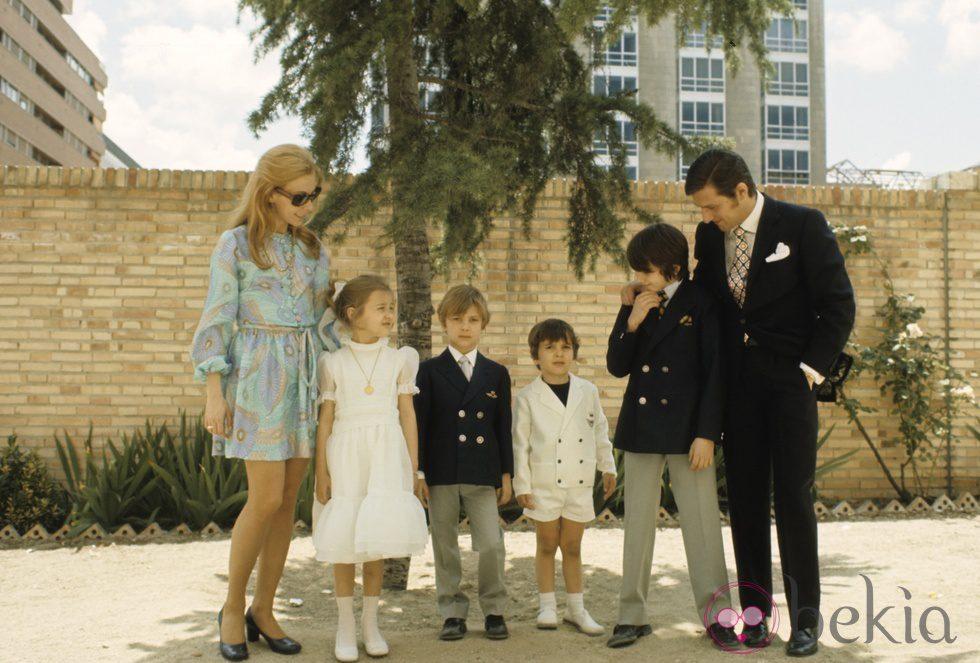 Carlos Larrañaga y María Luisa Merlo con sus hijos en la comunión de Amparo Larrañaga