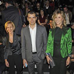 Rosa Díez, Toni Cantó y Cristina Garmendia en el desfile de Devota y Lomba en Fashion Week Madrid