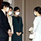 Mako de Japón se despide de sus padres y su hermana Kako de Japón antes de su boda con Kei Komuro