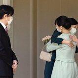 Mako y Kako de Japón se despiden con un tierno abrazo antes de la boda de Mako de Japón y Kei Komuro