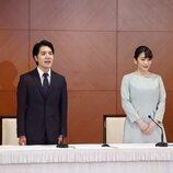 Mako de Japón y Kei Komuro en la rueda de prensa que concedieron tras su boda