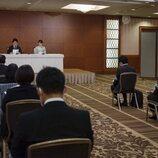 Mako y Kei Komuro en la conferencia de prensa que ofrecieron tras su boda