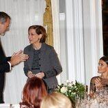 Los Reyes Felipe y Letizia aplauden a Anne Applebaum en la entrega del Premio Francisco Cerecedo a Anne Applebaum