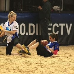 Candice Accola y Nina Dobrev en la Celebrity Beach Bowl 2012