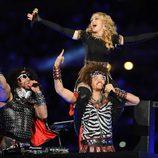 Madonna y LMFAO durante su concierto en la Super Bowl 2012