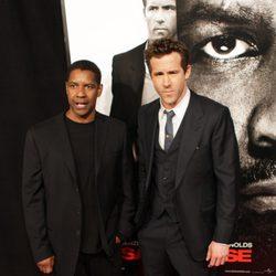 Denzel Washington y Ryan Reynolds en el estreno de 'El invitado'