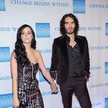 Katy Perry y Russell Brand cogidos de la mano sobre la alfombra roja