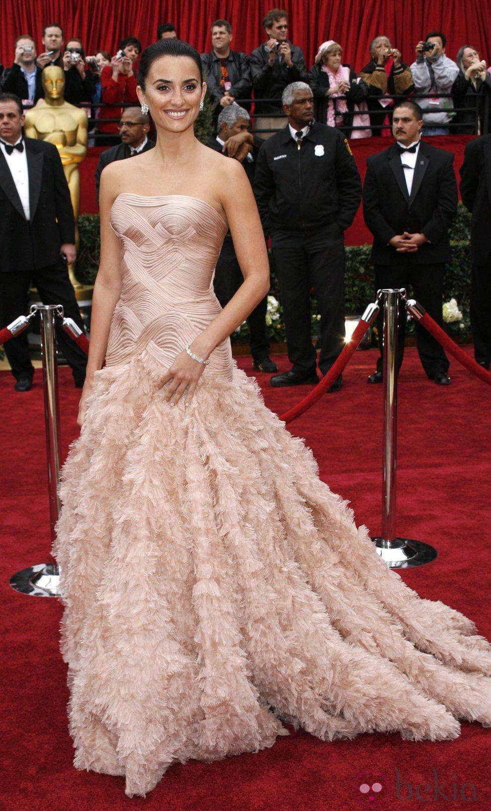 Penélope Cruz en los Oscar 2007 con un vestido rosa de Versace