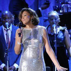 Whitney Houston cantanto en la gala pre-Grammy 2011
