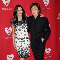 Paul McCartney y Nancy Shevell en una fiesta benéfica previa a los Grammy 2012