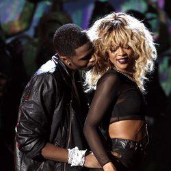 Rihanna actuando en los Grammy 2012