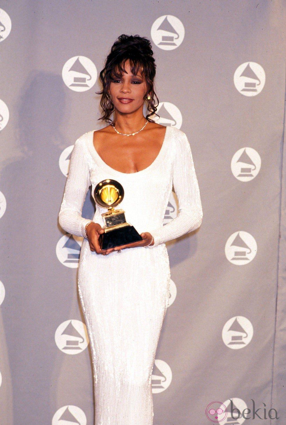 Whitney Houston posa con uno de sus premios Grammy
