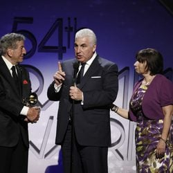Tony Bennett y Mitch y Janis Winehouse en los Grammy 2012