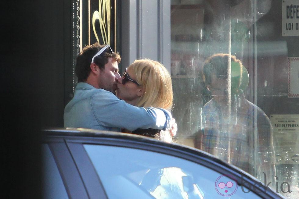 Patricia Conde y su novio Carlos Seguí besándose