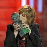 Ana Wagener besando su Premio Goya