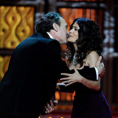 Salma Hayek besa a José Coronado tras entregarle el Goya 2012
