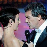 Eva Hache cantando con Antonio Banderas en los Goya 2012