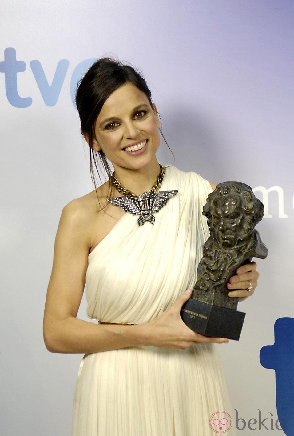 Elena Anaya sonríe con su Goya 2012 a Mejor Actriz