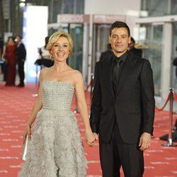 Cayetana Guillén Cuervo y Omar Ayyashi en la alfombra roja de los Goya 2012