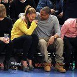 Beyoncé y Jay Z, muy enamorados en un partido de baloncesto