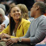 Beyoncé y Jay Z en un partido de baloncesto